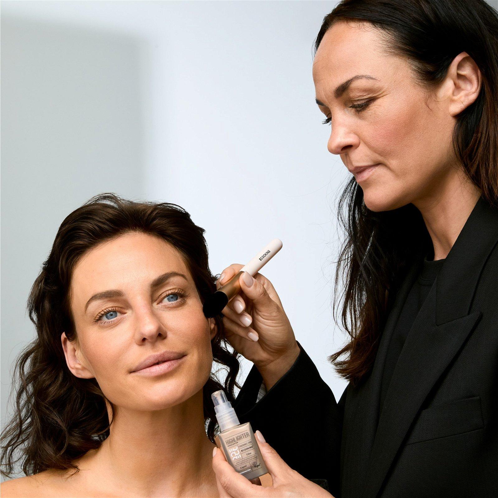 Makeup artist Nina Larsen applying highlighter on danish model Sarah Grünewald